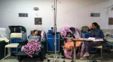Dos niñas reciben quimioterapia en un hospital de Caracas, el 10 de abril de 2018.